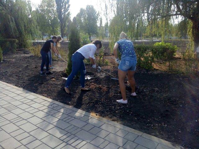 """Грязинские волонтёры помогали с благоустройством сквера у памятника """"Катюша"""""""