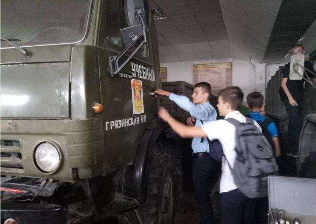 Школьники посетили Грязинскую автомобильную школу